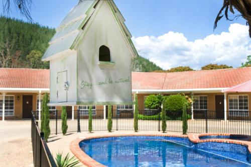 The swimming pool at or near Ovens Valley Motor Inn