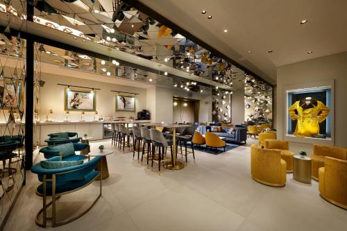A restaurant or other place to eat at Hard Rock Hotel London