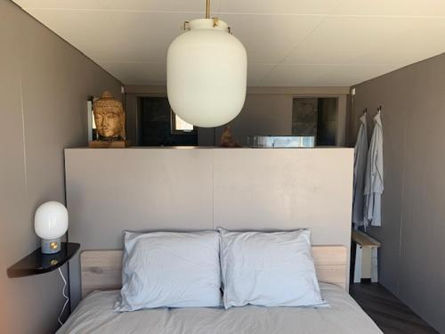 Een bed of bedden in een kamer bij Ajuma Strandkamers