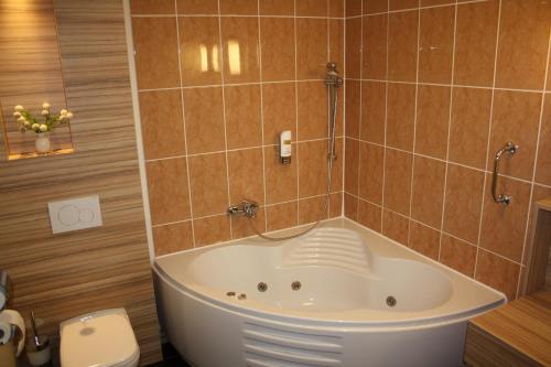 A bathroom at Star Inn Hotel Regensburg Zentrum, by Comfort