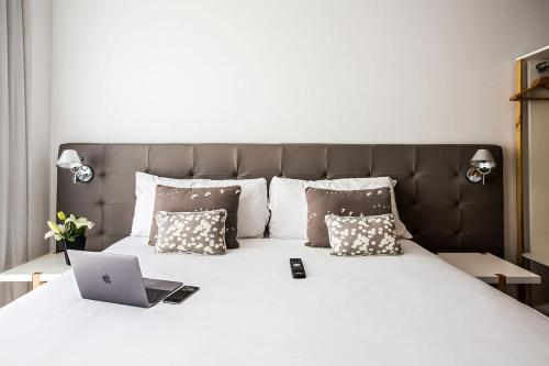 A bed or beds in a room at Flaat Recoleta Plaza