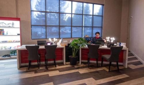 A restaurant or other place to eat at Empieria High Sierra Hotel