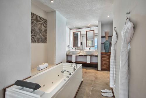 Een badkamer bij Solana Beach - Adults Only