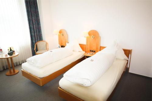 Ein Bett oder Betten in einem Zimmer der Unterkunft Landhotel Gärtner