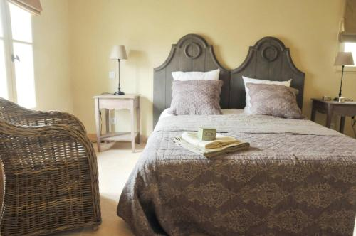 A bed or beds in a room at Les Jardins de Saint Benoit by Popinns