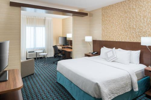 A bed or beds in a room at Fairfield Inn & Suites by Marriott Houston Pasadena