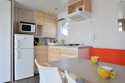 A kitchen or kitchenette at Camping Les Perouses