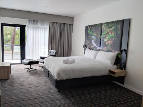 A bed or beds in a room at Mercure Launceston