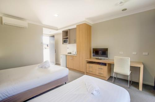 A bed or beds in a room at Campaspe Lodge