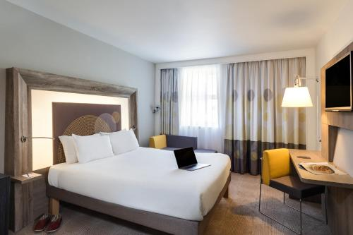 A bed or beds in a room at Novotel Nottingham Derby