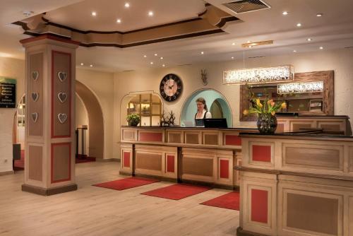 The lobby or reception area at Mercure Hotel Garmisch Partenkirchen