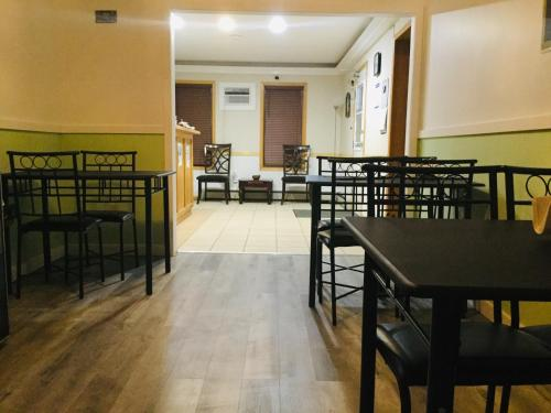 A restaurant or other place to eat at Gravelbourg Inn