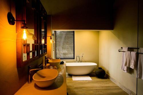 A bathroom at Elephant Plains Game Lodge