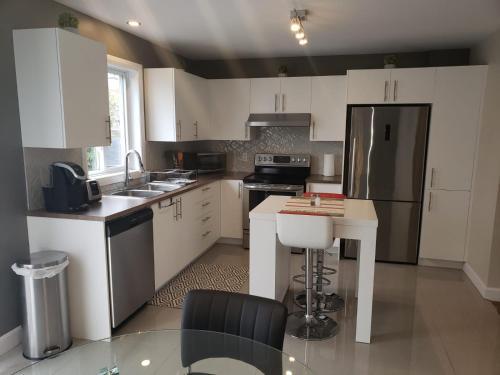 A kitchen or kitchenette at La Maison