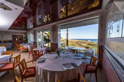 Een restaurant of ander eetgelegenheid bij Hotel Salambina