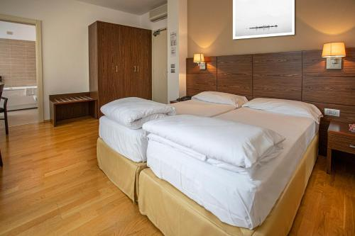A bed or beds in a room at Hotel Lago Di Garda