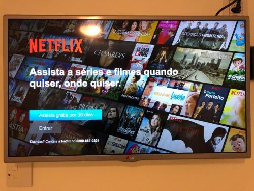 Uma TV ou centro de entretenimento em Sweet Home Porto Alegre