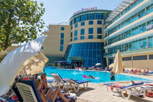 Der Swimmingpool an oder in der Nähe von Ivana Palace Hotel