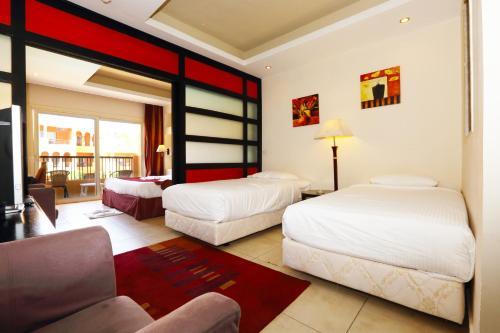 سرير أو أسرّة في غرفة في Rehana Royal Beach Resort - Aquapark & Spa - Family & Couples Only
