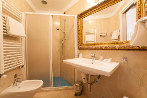 A bathroom at Hotel Diplomat Palace