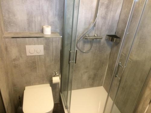 A bathroom at B&B Hotel Stadt Winterberg