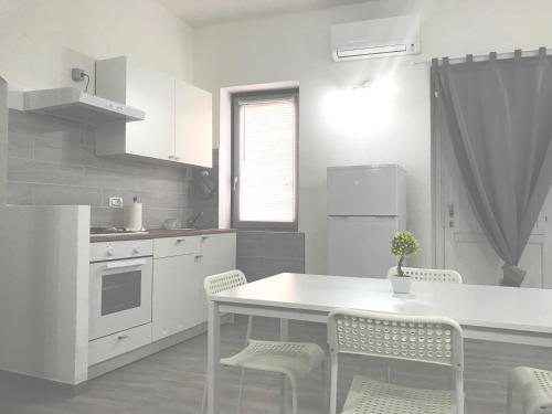 A kitchen or kitchenette at Good Vibe Sardinia B&B