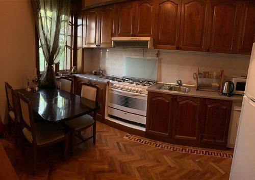 A cozinha ou cozinha compacta de Квартира у м. Ичяри Шяхяр (3-комнатная)
