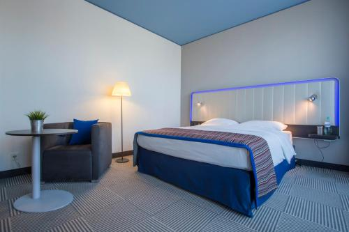 A bed or beds in a room at Park Inn by Radisson Stuttgart