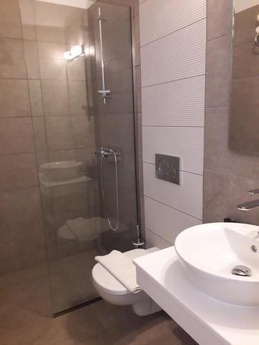 A bathroom at Sunlight Hotel