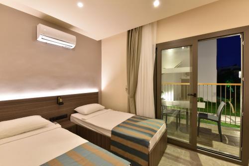 Een bed of bedden in een kamer bij Parkim Ayaz Hotel