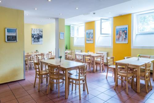 A restaurant or other place to eat at a&o Wien Stadthalle