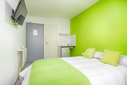 A bed or beds in a room at Hotel Monte-Cristo