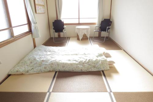 A bed or beds in a room at Traveler's Inn Asanebo