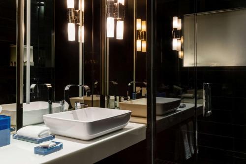 A bathroom at Andaz Wall Street-a concept by Hyatt