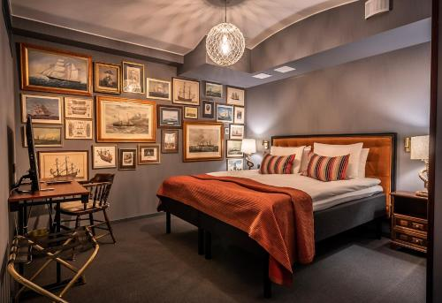 A bed or beds in a room at Lord Nelson Hotel