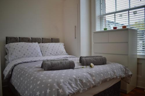 A bed or beds in a room at Apartment 2 Hamilton Square