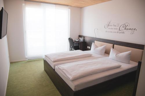 Ein Bett oder Betten in einem Zimmer der Unterkunft Hotel Le Village