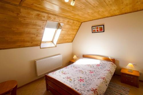 Łóżko lub łóżka w pokoju w obiekcie Wichrowe Wzgórze