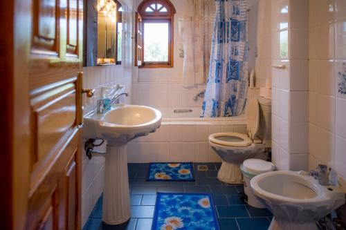 A bathroom at Villa Ampelos