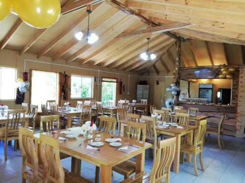A restaurant or other place to eat at Cabañas Aguas Claras