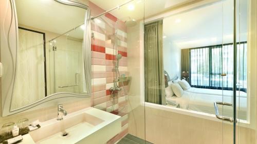 A bathroom at Le Tada Parkview Hotel