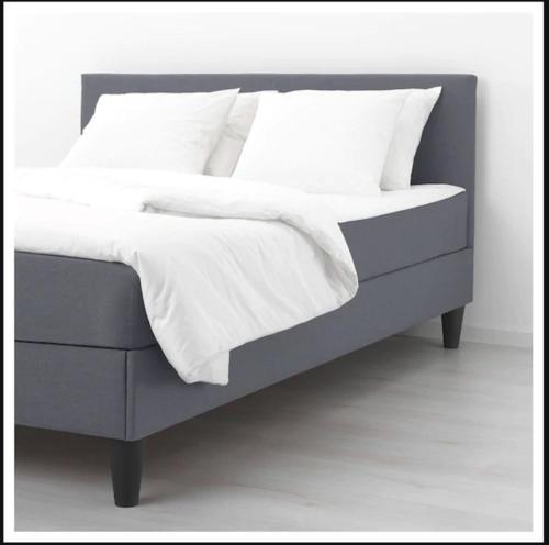 A bed or beds in a room at Sentral moderne leilighet