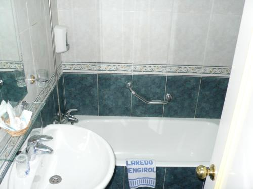 Ett badrum på Hotel Villa de Laredo