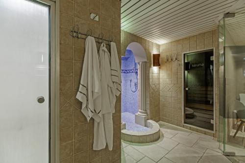 A bathroom at Hotel Quartier Latin