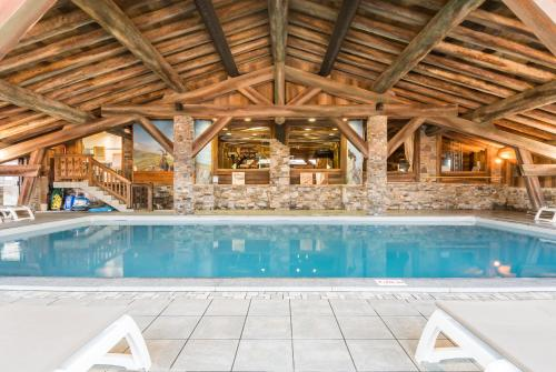 The swimming pool at or near Résidence Pierre & Vacances Premium Les Alpages de Chantel