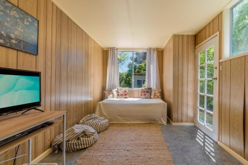 A bed or beds in a room at INVERLOCH BEACH HUT - CLOSE TO BEACH AND SHOPS!