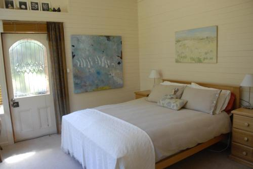 A bed or beds in a room at Birdwing Bed and Breakfast Weegena