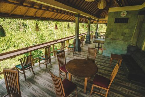 A restaurant or other place to eat at WW Backpackers