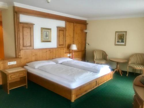 A bed or beds in a room at Mauracherhof
