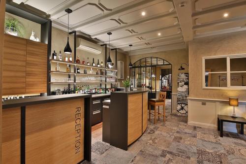 Ein Restaurant oder anderes Speiselokal in der Unterkunft Hôtel Restaurant La Charrue